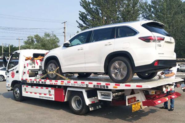 轿车托运如何进行托运的,托运公司允不允许带人呢?
